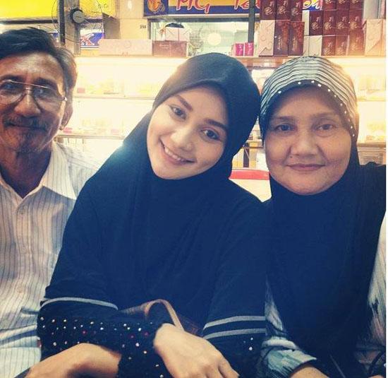 Gambar foto terbaru wawa zainal bersama ayah dan ibu