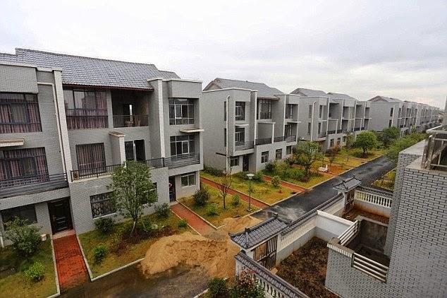 Bina Rumah Mewah Untuk Penduduk Kampungnya