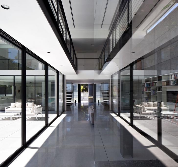 Modern hallway in Modern Bauhaus Mansion In Israel