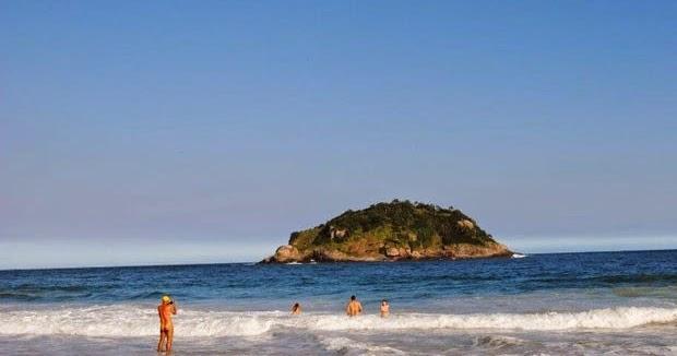 Acampamento na praia de nudismo, Rio de Janeiro. - Foto de