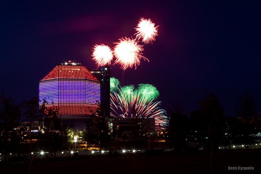 Феерверк около здания Национальной библиотеки по случаю празднования Дня Независимости РБ 3 июля 2011