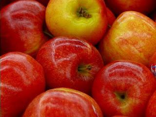 التفاح غير العضوي من بين الاغذية غير الصحية