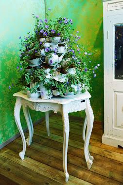 Mesa antiga com decoração de flores
