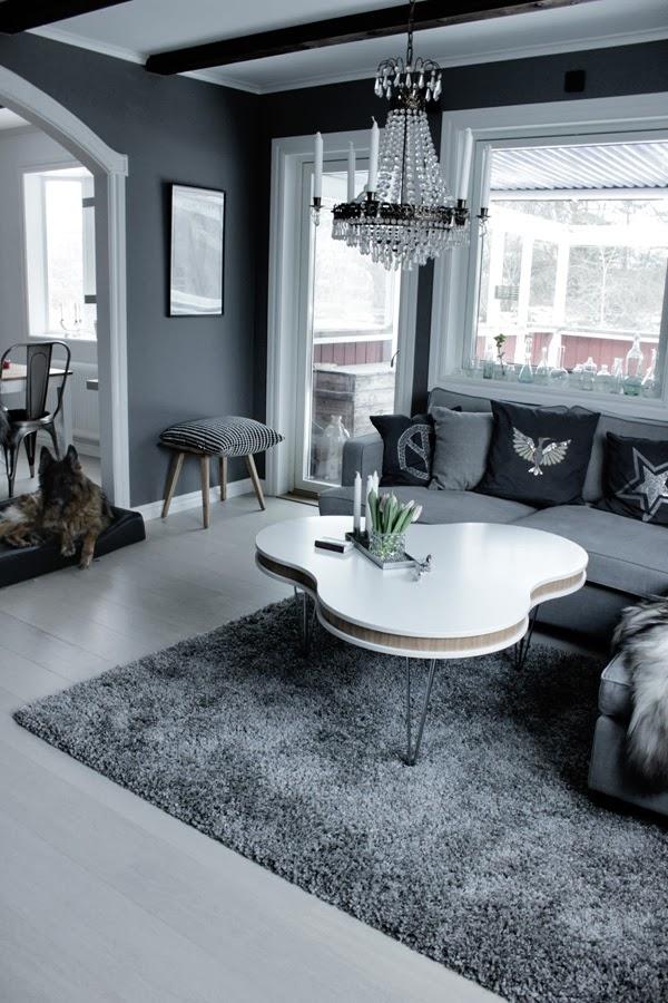 vardagsrum i grått, treklöver soffbord, vitt och grått, gråa väggar, pashmina lunaar grey, kuddar i soffan, soffa från mio, westham soffa, inredning vardagsrum