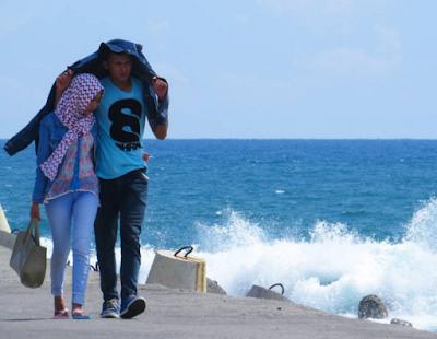 Romantisnya pantai Glagah dengan deburan ombak yang besar