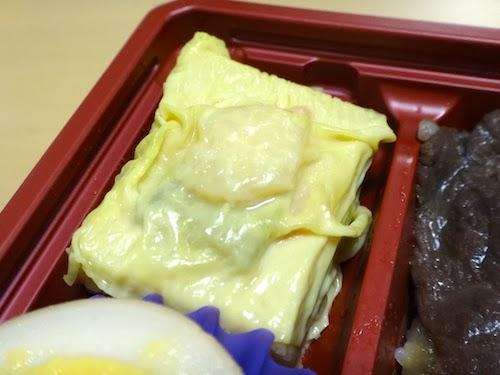 牛べんの付け合せ。湯葉で巻かれた高野豆腐が美味しい。