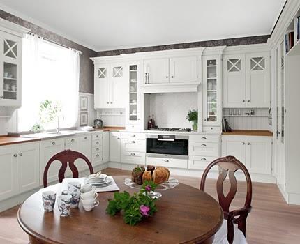 En vacker vardag: Ett vitt kök,