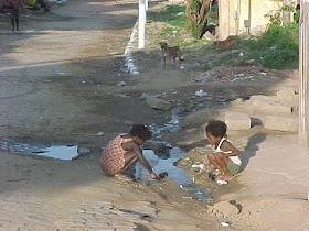 Cerca de 2,4 bilhões de pessoas no mundo não têm acesso a saneamento básico.