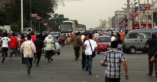 قوات الأمن تحاول فتح الطريق أمام المنصة.. والمعتصمون يعترضون