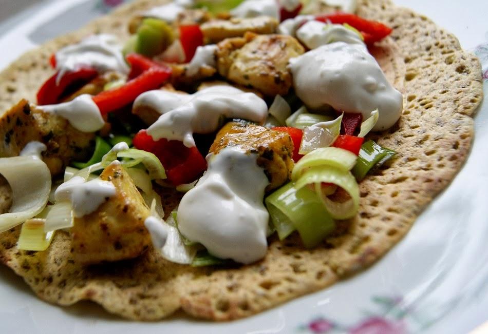 Tortille bezglutenowe faszerowane kurczakiem i porem