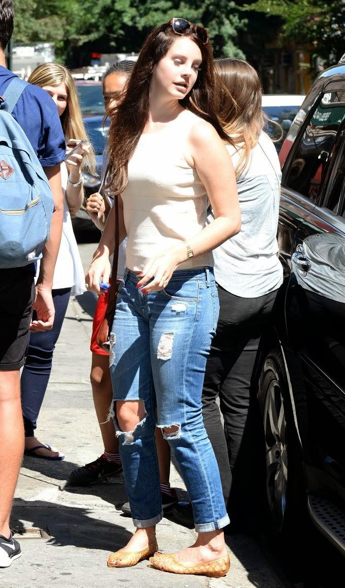 Lana Del Rey Booty in Jeans