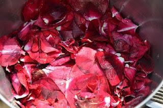 Rozenblaadjes koken in de pan voor rozenwater