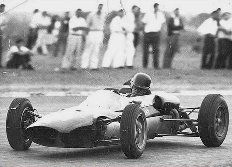 16 de Febrero, 1964 / EL URUGUAYO ALBERICO PASSADORE MORIA EN EL AUTODROMO DE BUENOS AIRES