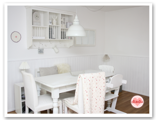 diadu holzwand h kelkissen und kleidchen. Black Bedroom Furniture Sets. Home Design Ideas