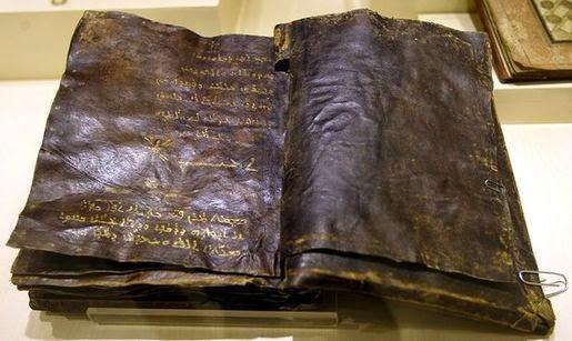 Encuentran una biblia escrita en letras de oro de 1500 años de antigüedad (Video)
