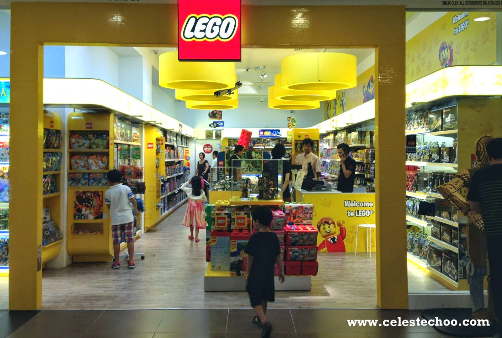 A store with room for playing The LEGO Store is situated at Vimmelskaftet 37, on the famous pedestrian street Strøget. It is arranged in three main areas: The