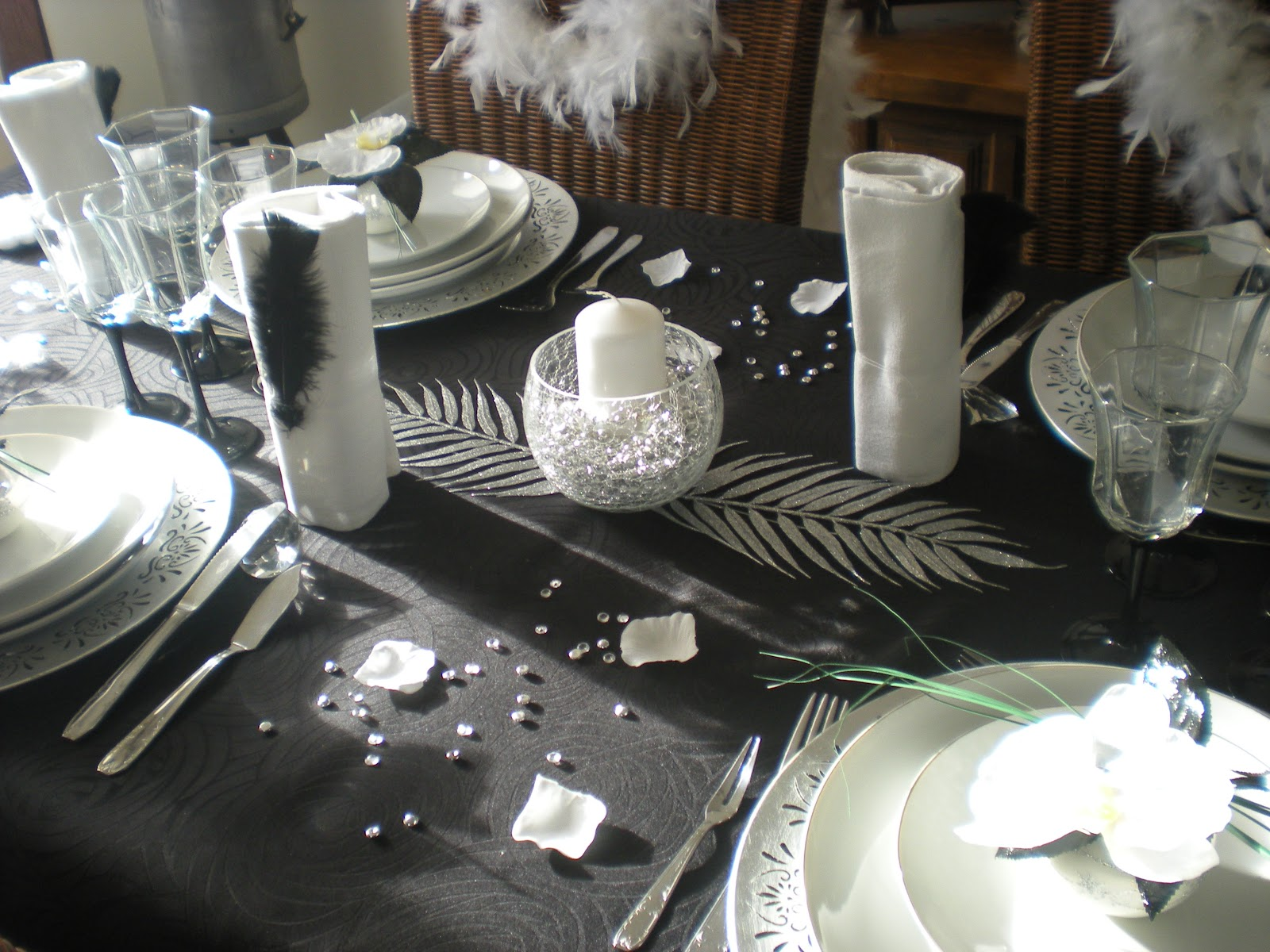 D co th mes mon nouvel an en noir blanc et argent for Nappe et serviettes de table