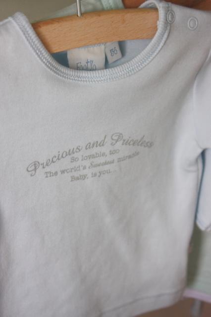 24 homes baby clothes on a towel bar babykleertjes aan een handdoekrek - Jongetje kamer idee ...