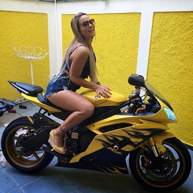 Geisy Arruda aparece vestindo um short curtinho e um top em cima de uma moto