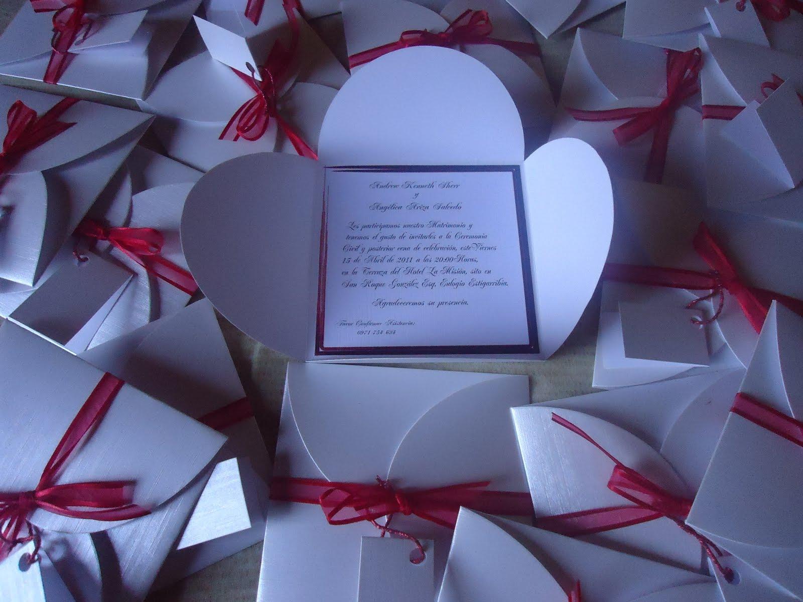 ... en invitación de boda cerrado con moño de cinta de tull color rojo