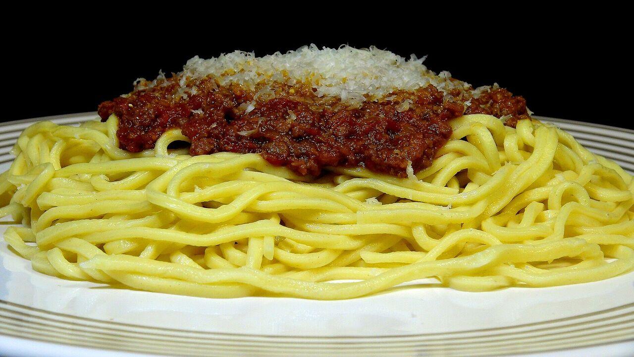 Cocinar para los amigos espaguetis a la bolo esa con for Como cocinar espagueti
