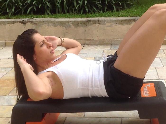 Nathalia Santoro ensina como fazer exercício abdominal. Foto: Reprodução/You Tube