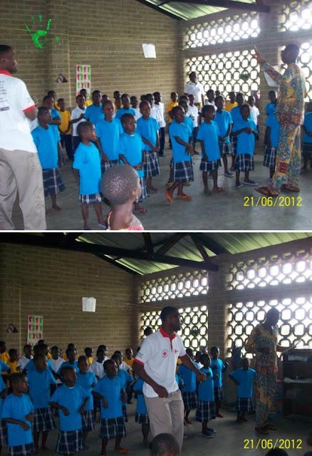 Bambini africani cantano nella corale della missione