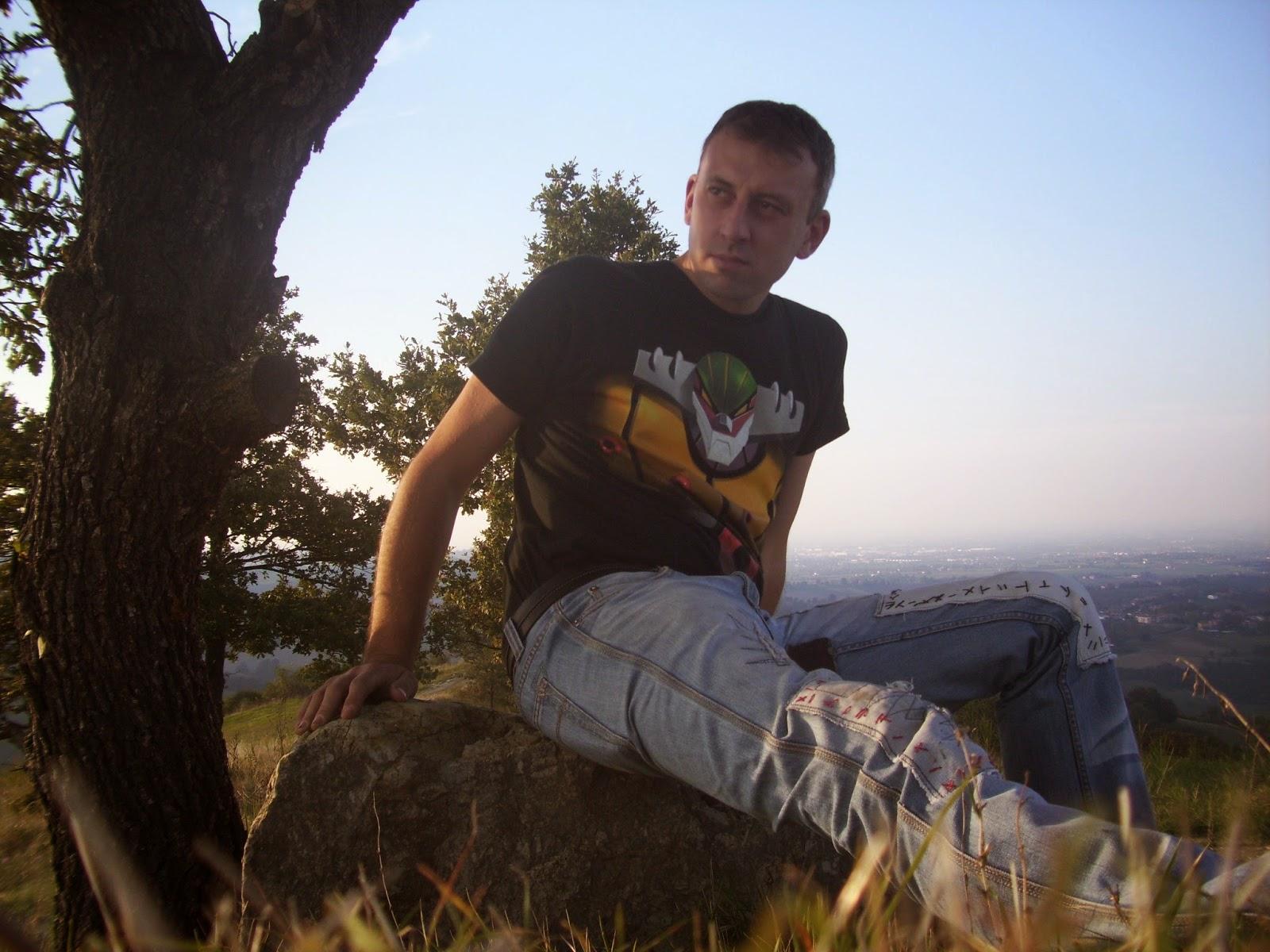 Foto che mi ritrare seduto su un masso