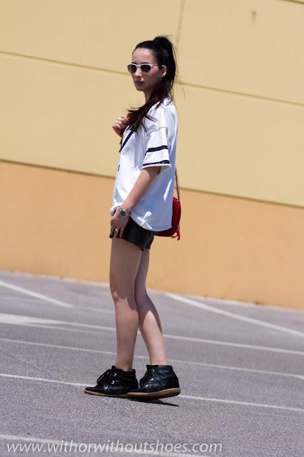 Look sporty con shorts de cuero y camiseta NY en blanco, negro y rojo