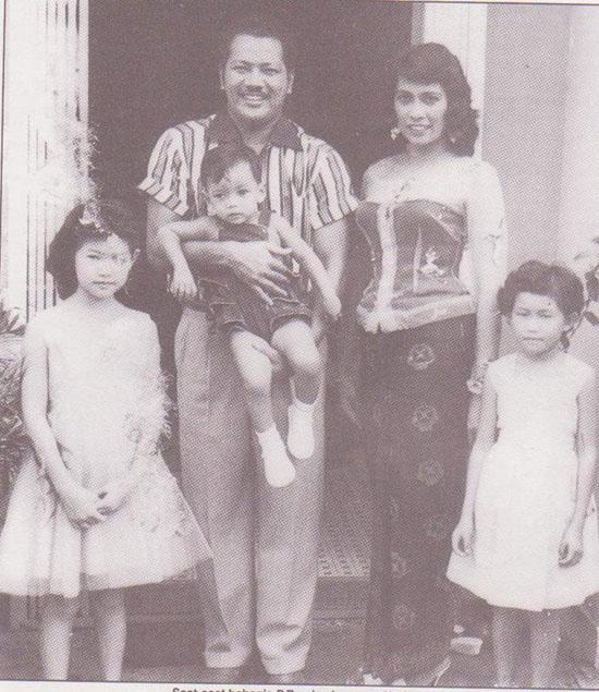 Gambar P Ramlee Bersama Norizan dan Anak-Anak