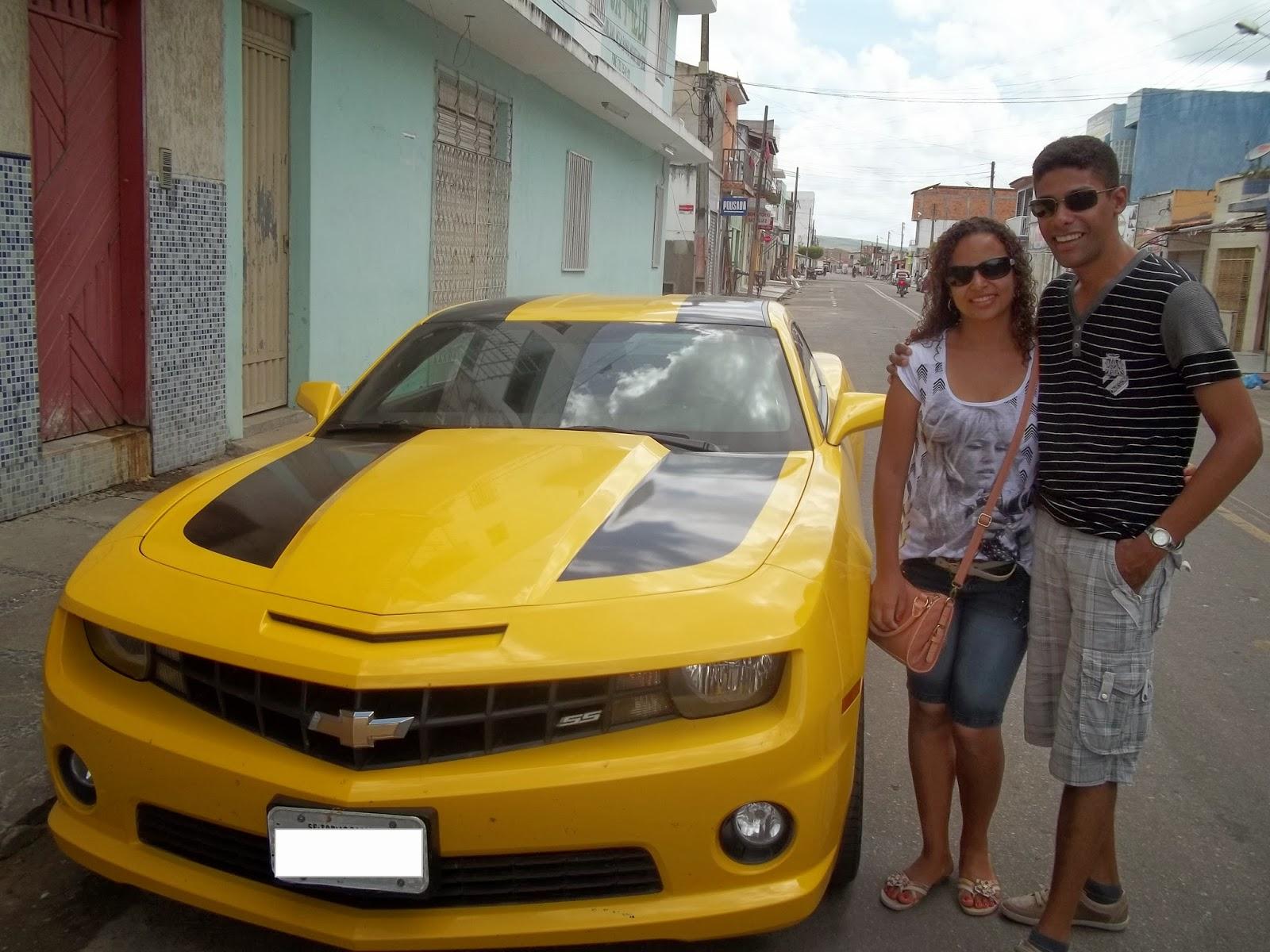 Tirando onda com o Camaro amarelo
