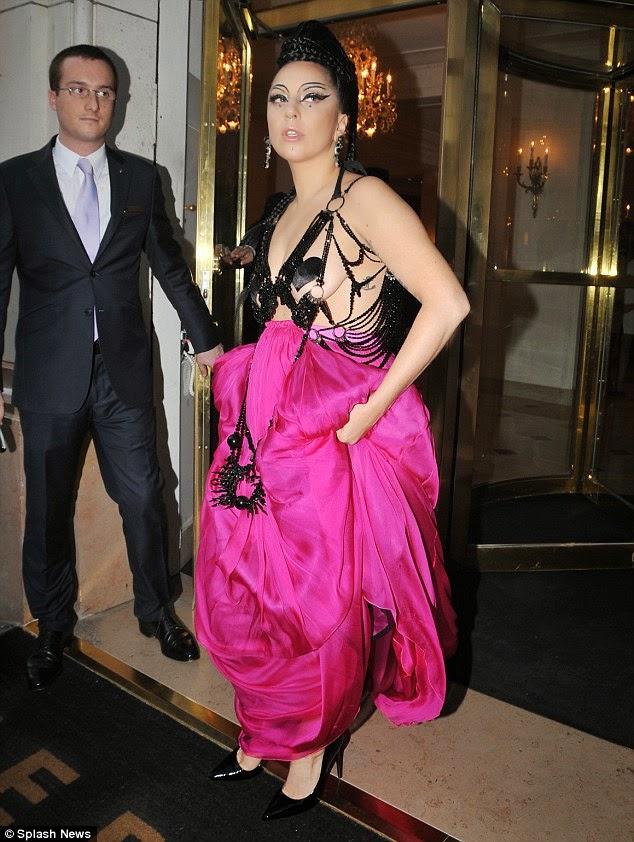 ليدي غاغا في ثوب وردي خلال مغادرتها الفندق في باريس