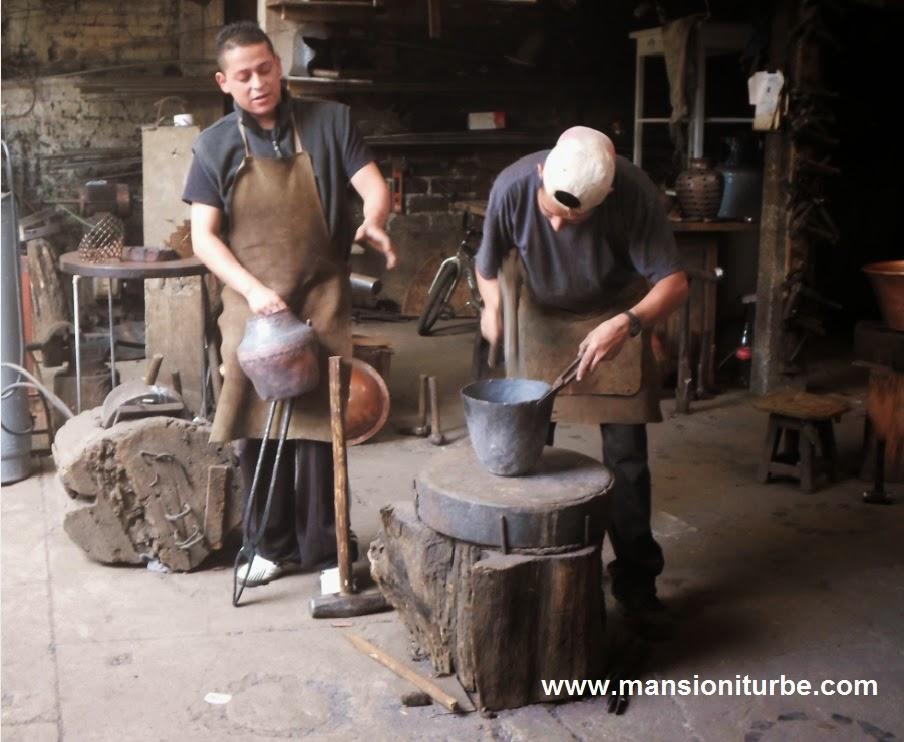 Artesanos de Santa Clara del Cobre Michoacán