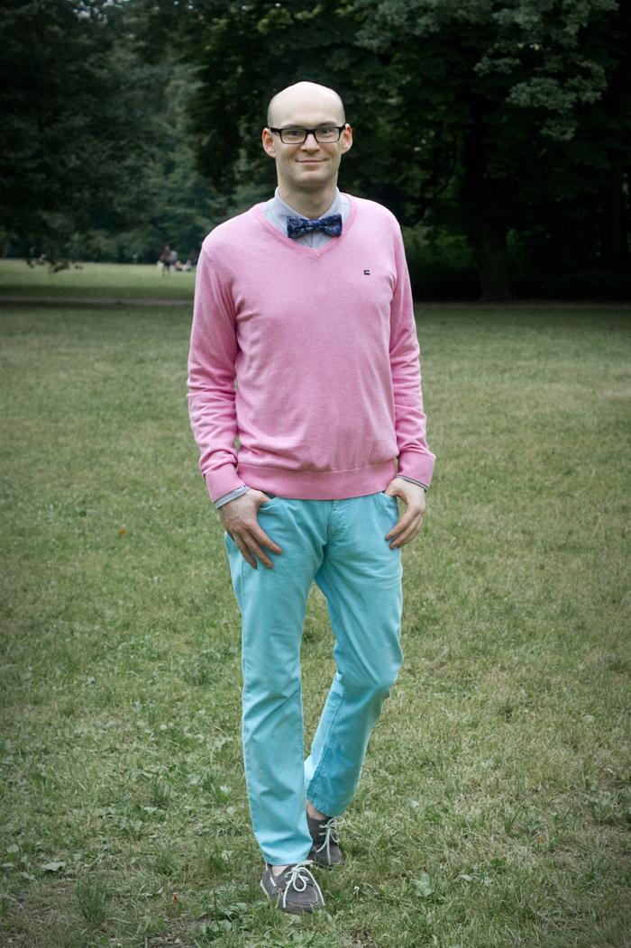 różowy sweter i turkusowe spodnie, muszka zara, pierre cardin, brice, sperry top sider