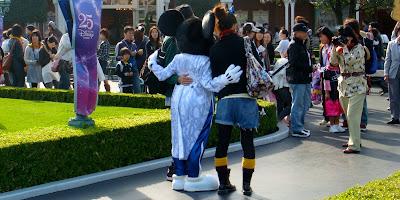 東京ディズニーランドでミッキーマウスに会う