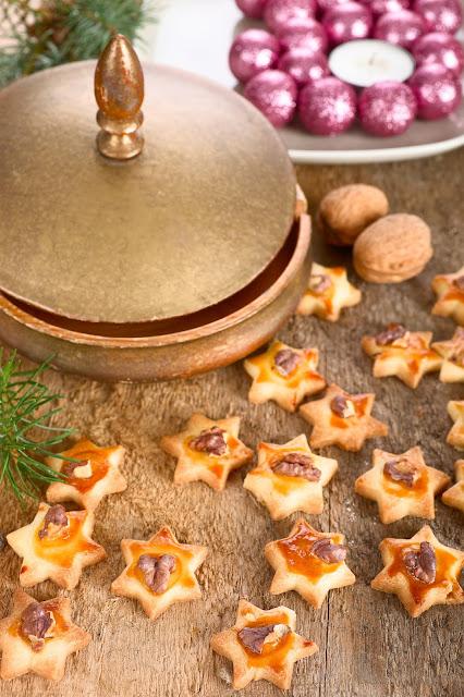Weihnachtsbäckerei. Nuss-Kekse. Edyta guhl.