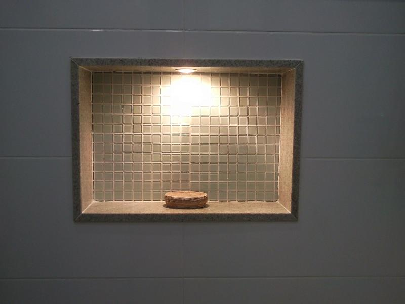 E um nicho lindoooooooooooo revestido com pastilhas de vidro, com moldura de  # Nicho De Banheiro Iluminado