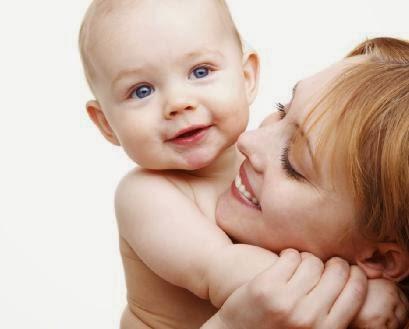 woman-and-baby-wallpaper - تعرفي على الألعاب التي تناسب طفلك في عامه الأول - ام امرأة طفل بيبى رضيع