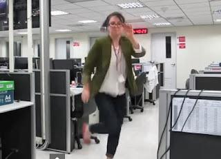 chica renuncia a su empleo bailando por la oficina