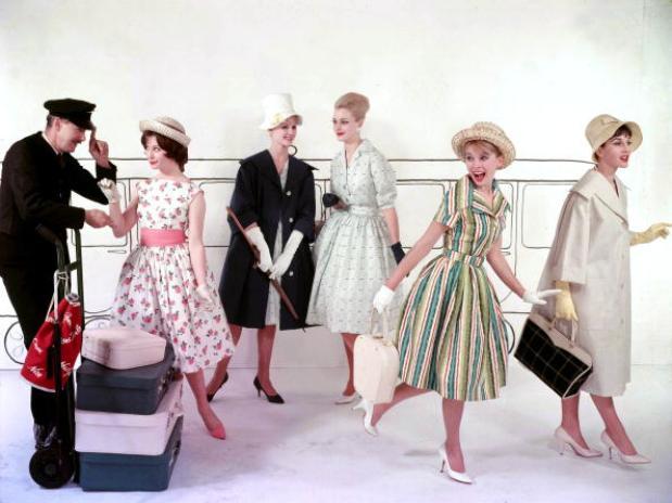Una mujer adicta a los complementos, zapatos de tacón, sombreros de ala  ancha o tocados, velos, guantes hasta el codo,