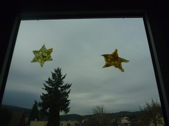 Sterne für die Fenster mit Kinder kleistern