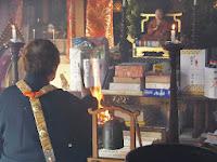 本堂では願いごとなど、名前と年齢を書いて護摩木を燃やし供養した。
