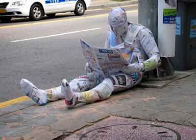 Rassegna Stampa - Pagina 66 Mark-jenkins-street-installations-newspaper+guy