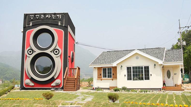 Un cafetería que parece una gigante cámara antigua