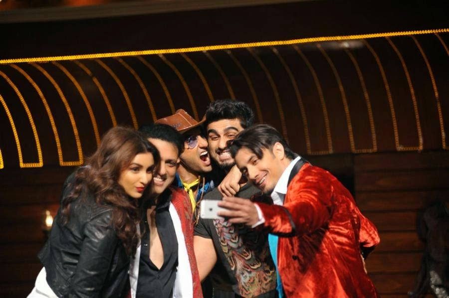 Parineeti take a selfie with Govinda and the member of Kill Dil Team