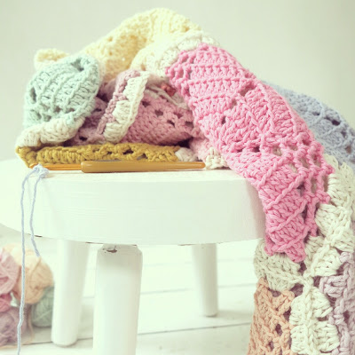 ByHaafner, crochet, yarn, pastel, crocheted throw, work in progress, hexagons, thrifted white stool