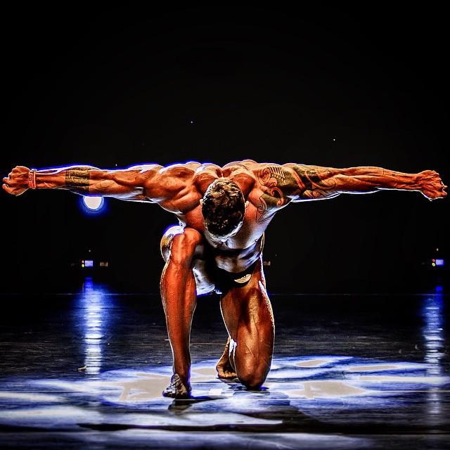 Rafael Mazzali exibe o físico musculoso no palco do Campeonato Goiano de Fisiculturismo 2015. Foto: Yurih Monteiro