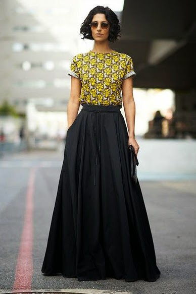 OUTFIT INSPIRATION BLACK MAXI SKIRT COLORFUL T-SHIRT
