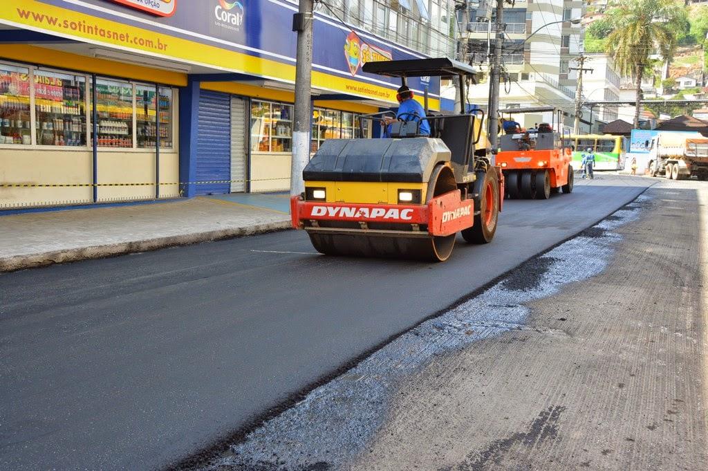 Durante todo o dia, operários da empresa contratada pela Prefeitura trabalharam nas obras e concluíram a pavimentação da Rua José Correia da Silva Jr.