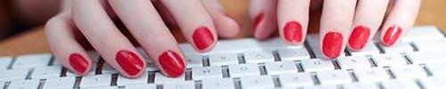 uñas pintadas teclado de ordenador